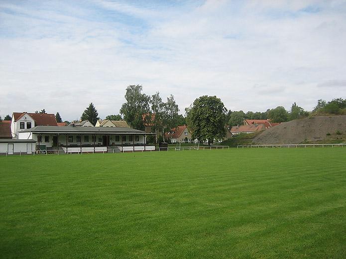 Spielfeld und Vereinshaus